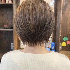 ショートヘア ラベンダーアッシュ 前下がりショート 耳かけ ヘアスタイルや髪型の写真・画像