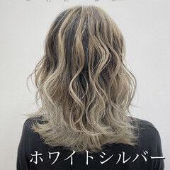 トレンド セミロング バレイヤージュ ホワイトカラー ヘアスタイルや髪型の写真・画像