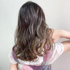 グレージュ バレイヤージュ フェミニン ラベンダーグレージュ ヘアスタイルや髪型の写真・画像