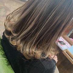ミディアム フェミニン アンニュイほつれヘア バイヤレージュ ヘアスタイルや髪型の写真・画像