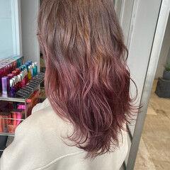 イヤリングカラーピンク インナーカラー ヘアアレンジ ナチュラル ヘアスタイルや髪型の写真・画像