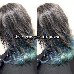 インナーカラー カーキアッシュ ターコイズブルー ミディアム ヘアスタイルや髪型の写真・画像