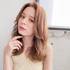 かきあげバング 巻き髪 外国人風 エレガント ヘアスタイルや髪型の写真・画像