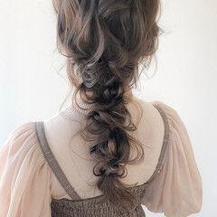 ミルクティカラー ロング ナチュラル 編みおろし ヘアスタイルや髪型の写真・画像