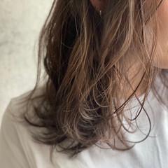 秋冬スタイル ラベンダーグレー ミディアムレイヤー ナチュラル ヘアスタイルや髪型の写真・画像