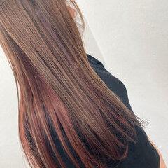 インナーカラーレッド ロング ブリーチ無し インナーピンク ヘアスタイルや髪型の写真・画像