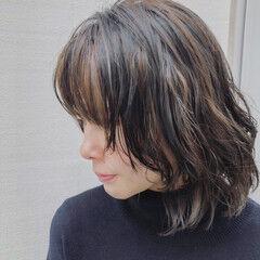 大人ハイライト カジュアル ミディアム ウルフパーマ ヘアスタイルや髪型の写真・画像