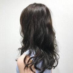 オリーブグレージュ ロング レイヤーロングヘア グレージュ ヘアスタイルや髪型の写真・画像