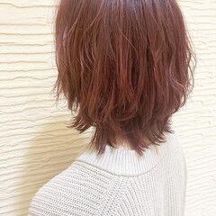 フェミニンウルフ ピンクバイオレット ストリート ミディアムレイヤー ヘアスタイルや髪型の写真・画像