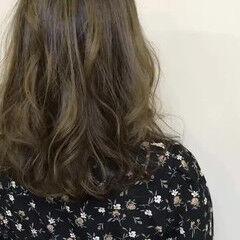 ナチュラル セミロング カーキ カーキアッシュ ヘアスタイルや髪型の写真・画像
