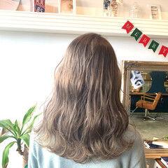 ロング ミルクティーベージュ アッシュベージュ モード ヘアスタイルや髪型の写真・画像