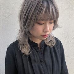 ホワイトベージュ ミディアム ハイトーンカラー ニュアンスウルフ ヘアスタイルや髪型の写真・画像