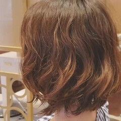 フェミニン ウェーブ ミディアム デジタルパーマ ヘアスタイルや髪型の写真・画像