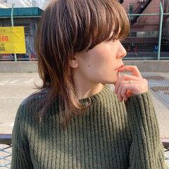 モード ワイドバング ベージュカラー マッシュウルフ ヘアスタイルや髪型の写真・画像