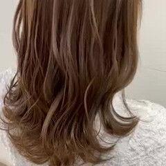 透け感ヘア 波巻き シアーベージュ ベージュ ヘアスタイルや髪型の写真・画像