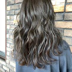 シルバーグレージュ シルバーアッシュ ヘアアレンジ ナチュラル ヘアスタイルや髪型の写真・画像