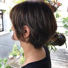 シルバーグレージュ 大人ハイライト 丸みショート ショート ヘアスタイルや髪型の写真・画像