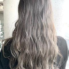 ミルクティーグレージュ グラデーションカラー バレイヤージュ セミロング ヘアスタイルや髪型の写真・画像