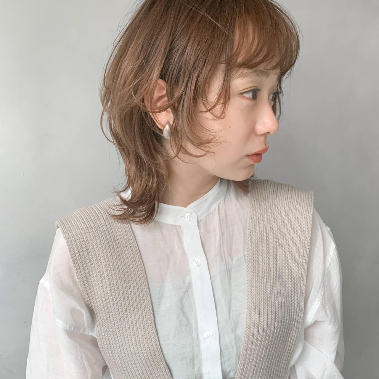 ミルクティーベージュ イヤリングカラー ウルフカット ボブヘアスタイルや髪型の写真・画像