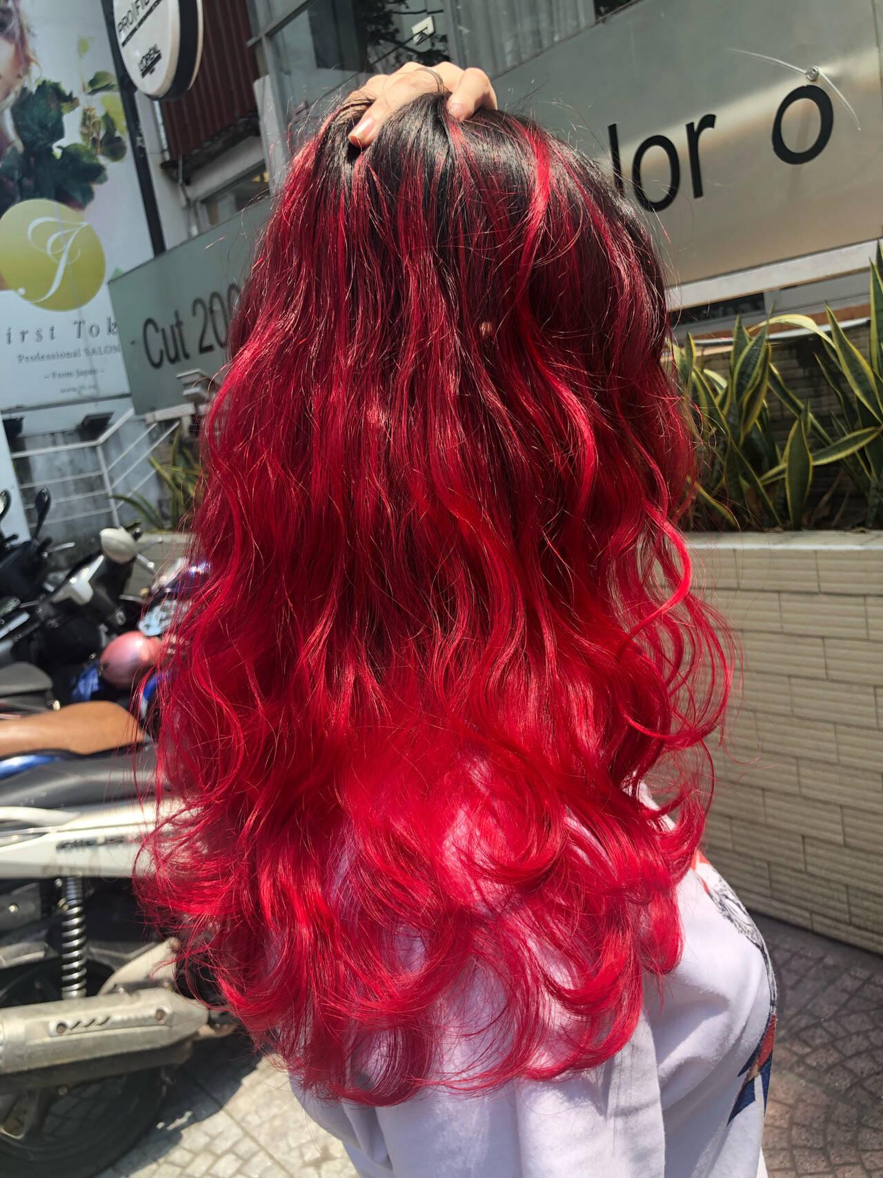 グラデーションカラー 赤髪 ハイライト ブリーチカラーヘアスタイルや髪型の写真・画像