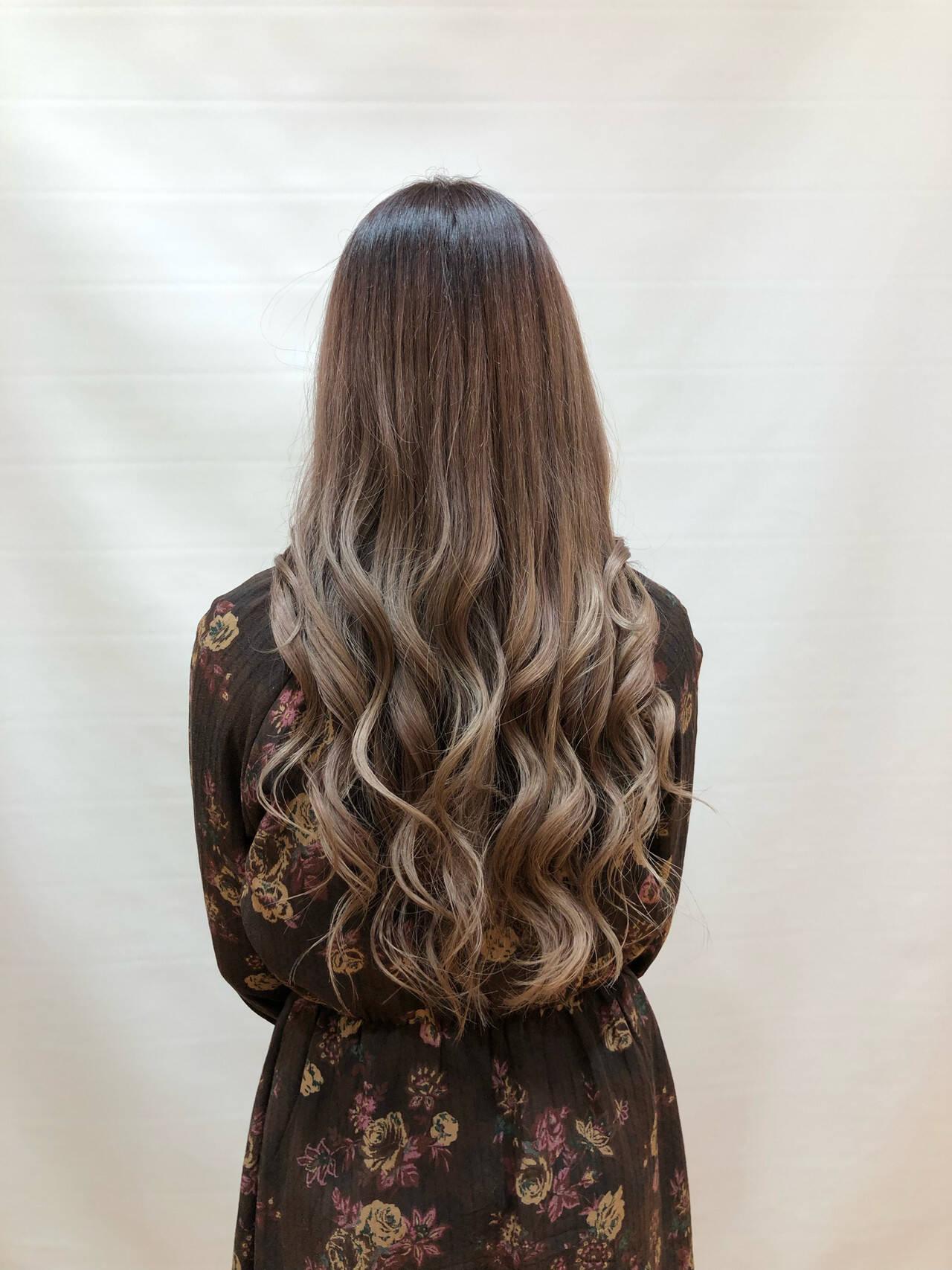 ヌーディーベージュ 外巻きパーマ ナチュラル ロングヘアスタイルや髪型の写真・画像