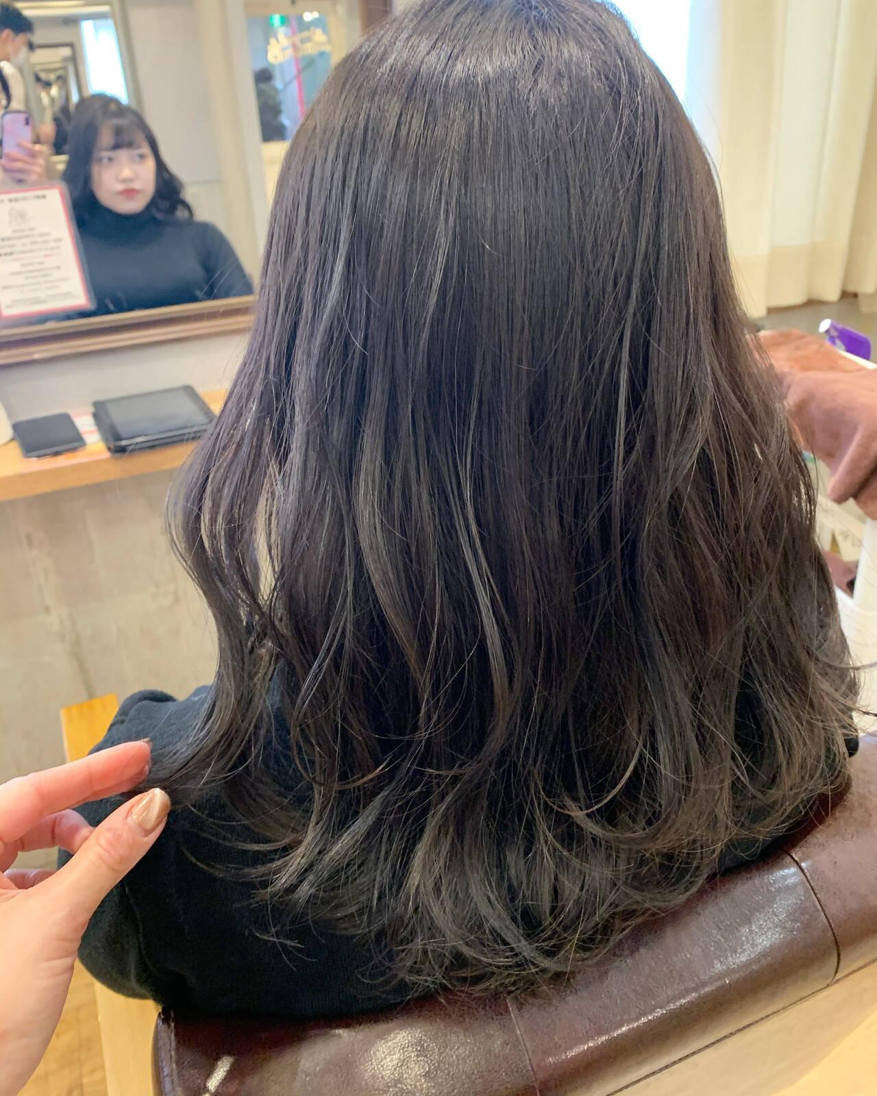 暗髪 セミロング 外国人風 ブルーブラックヘアスタイルや髪型の写真・画像