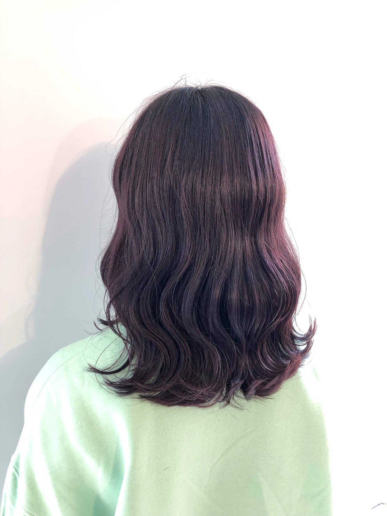 ピンクパープル ラベンダーピンク ガーリー コテ巻きヘアスタイルや髪型の写真・画像