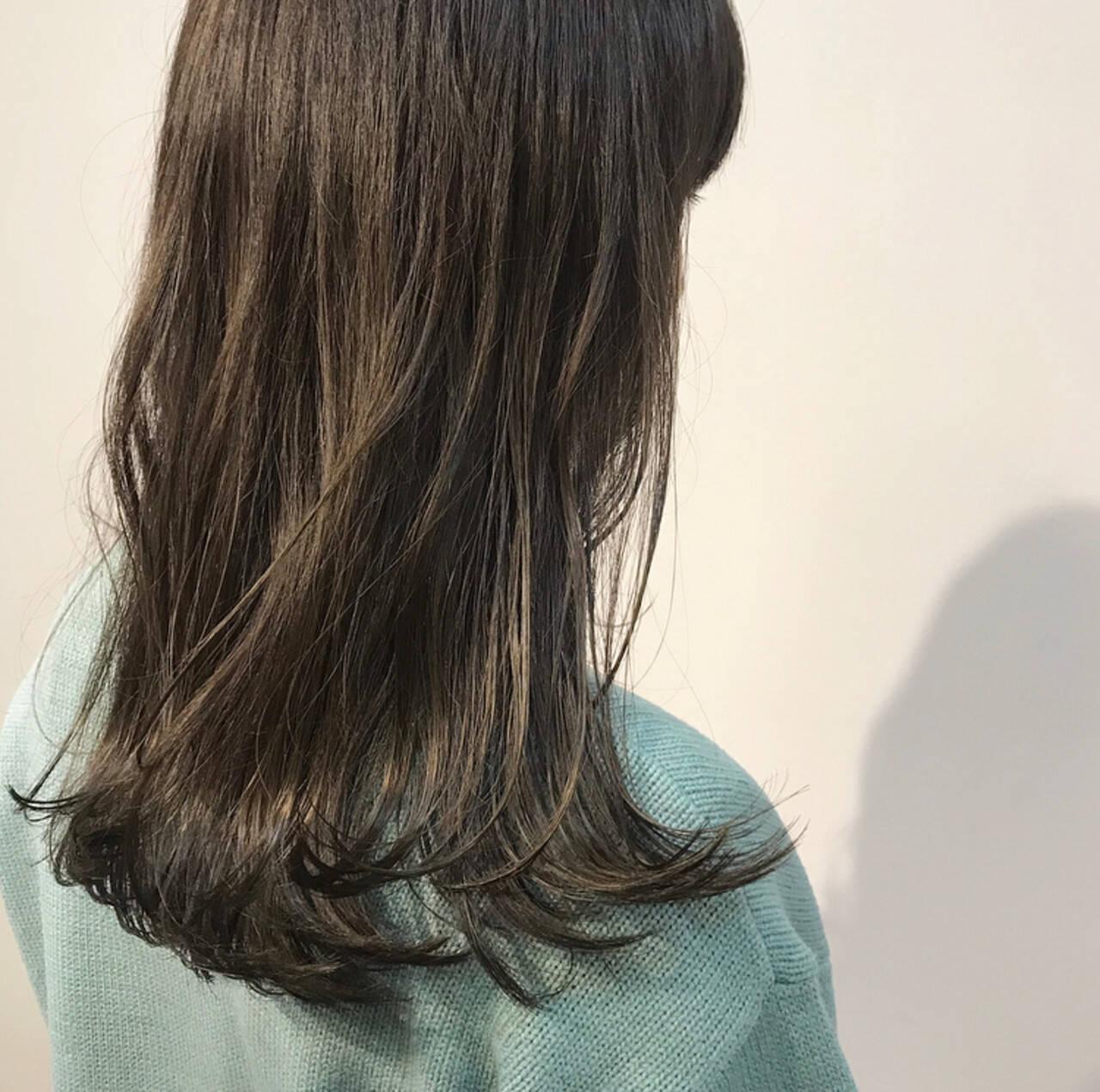 カーキ オリーブカラー オリーブアッシュ セミロングヘアスタイルや髪型の写真・画像