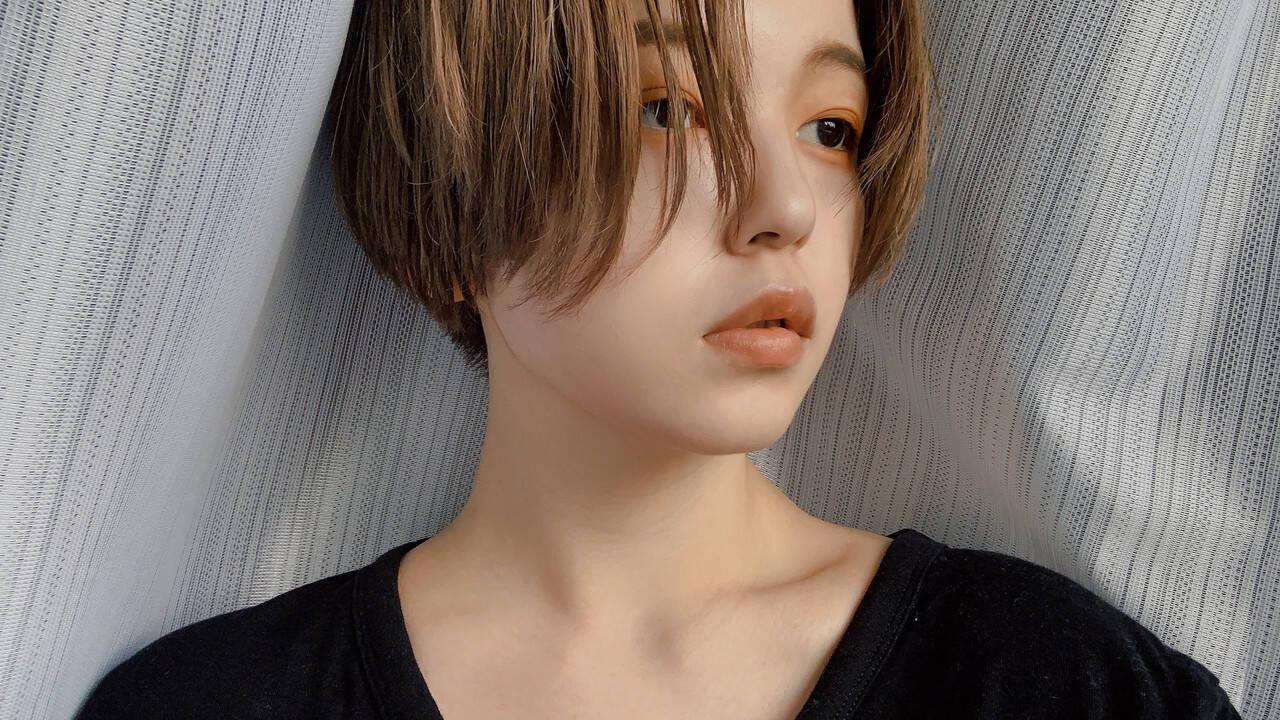 ハンサムショート アッシュベージュ ショート センターパートヘアスタイルや髪型の写真・画像