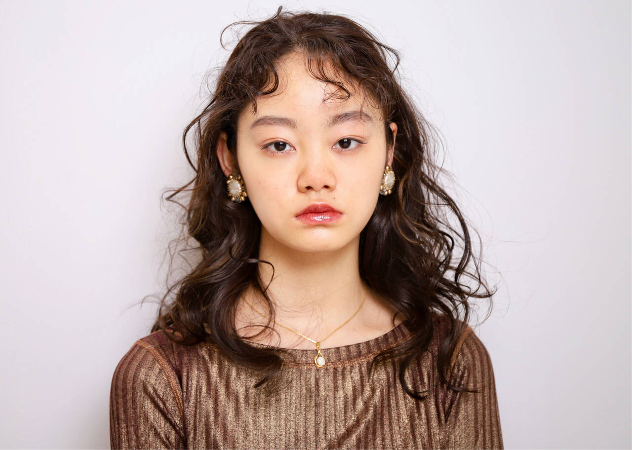 モード デジタルパーマ セミロング ベビーバングヘアスタイルや髪型の写真・画像