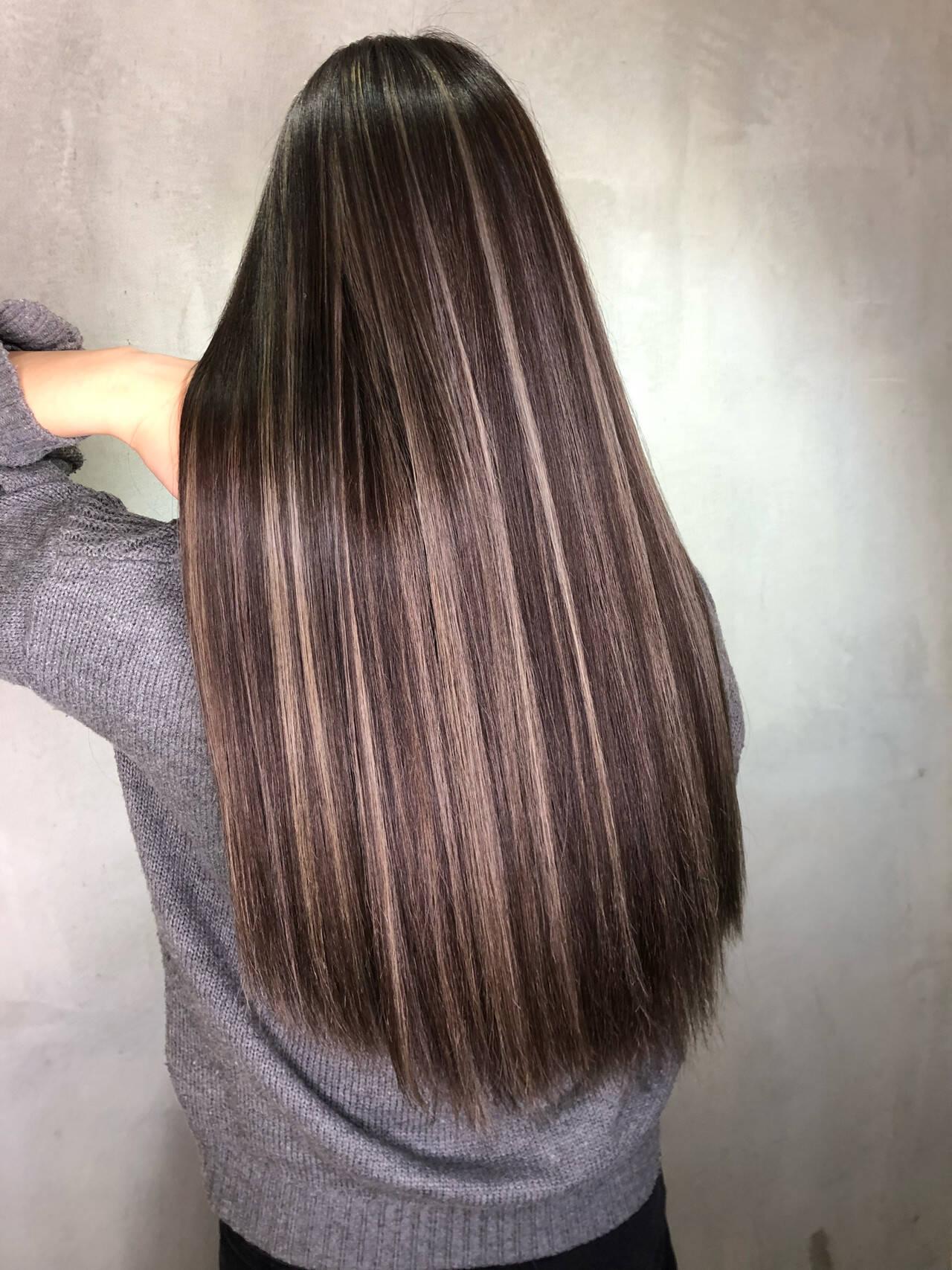 バレイヤージュ ハイライト グレージュ ロングヘアスタイルや髪型の写真・画像