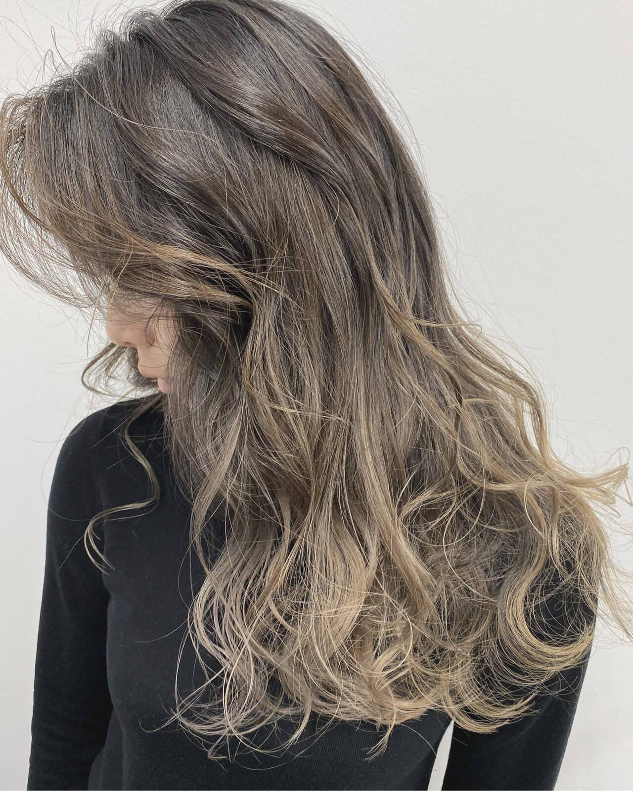 ハイライト グレージュ バレイヤージュ エレガントヘアスタイルや髪型の写真・画像