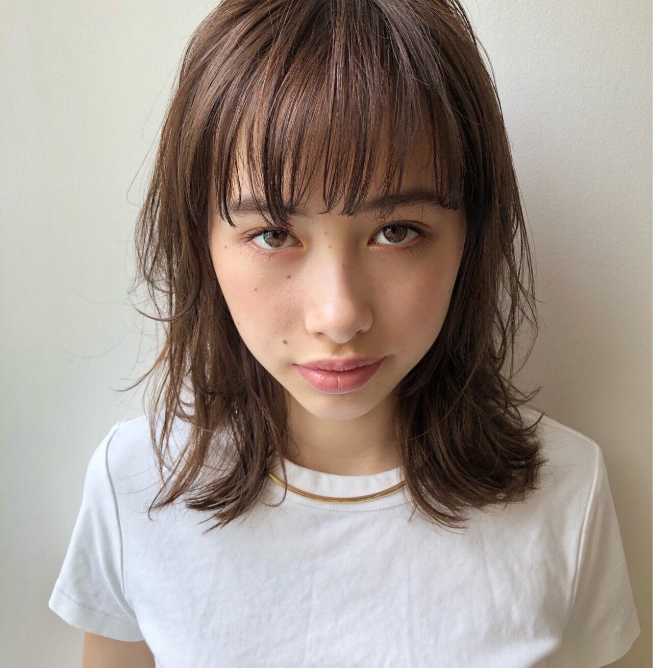 ミディアム ナチュラル デート レイヤーカットヘアスタイルや髪型の写真・画像