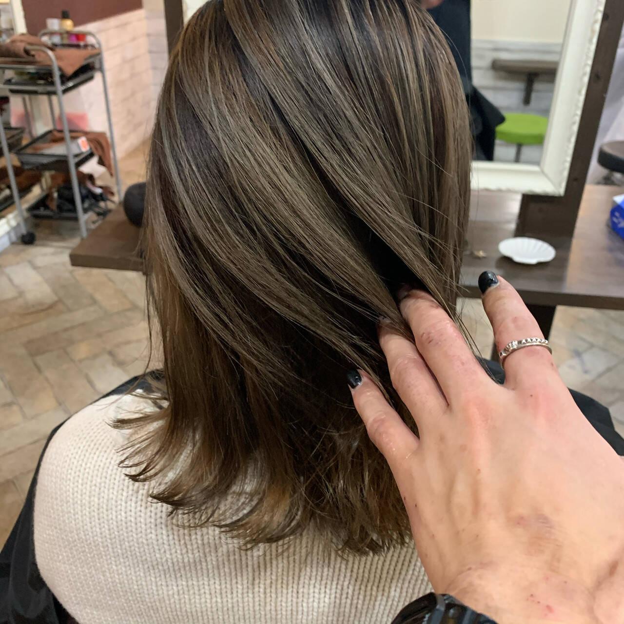 ベージュ ミディアム ブリーチオンカラー ミルクティーベージュヘアスタイルや髪型の写真・画像