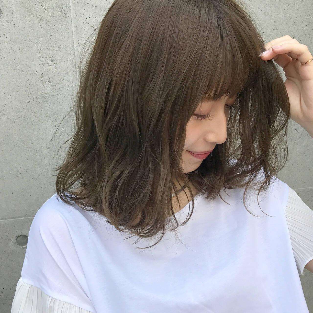 カーキ グレージュ オリーブ ミディアムヘアスタイルや髪型の写真・画像