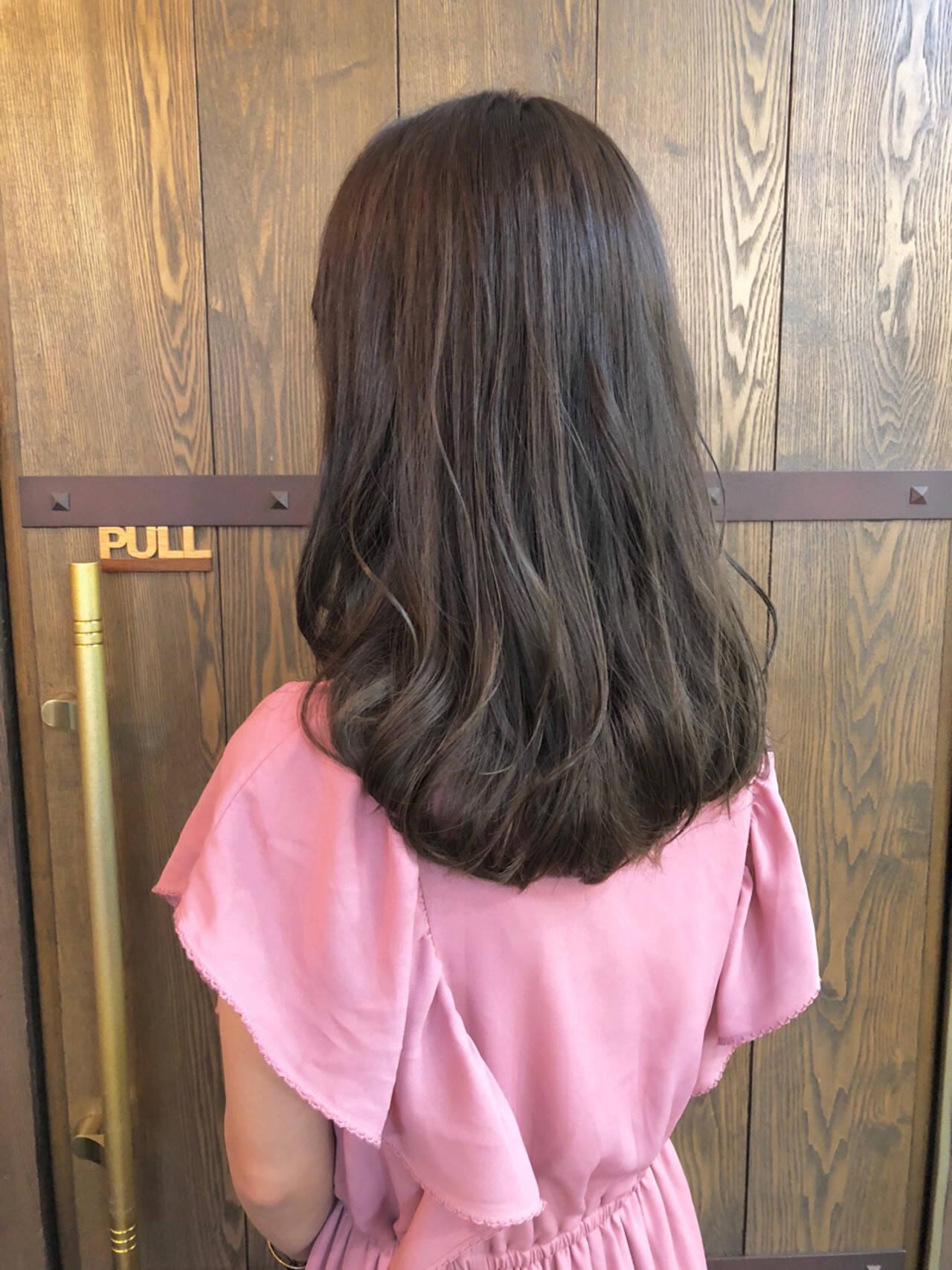 ハイライト ナチュラル セミロング グレージュヘアスタイルや髪型の写真・画像