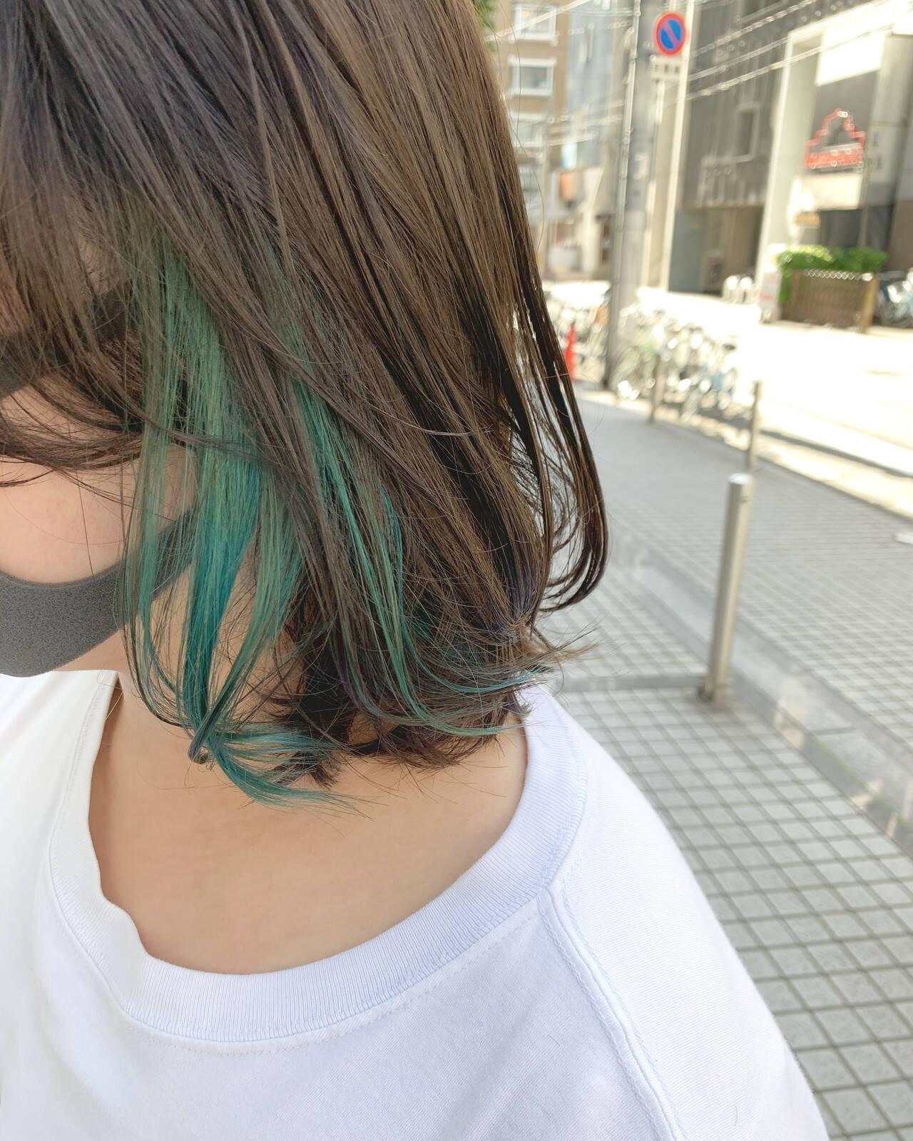 ミディアム グリーン インナーグリーン ポイントカラーヘアスタイルや髪型の写真・画像