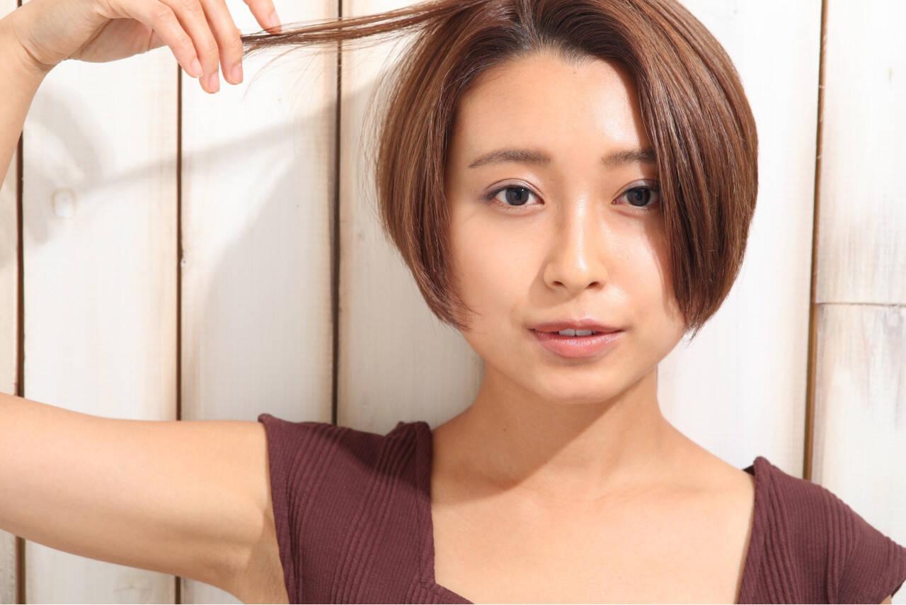 小顔 ショート ナチュラル オフィスヘアスタイルや髪型の写真・画像