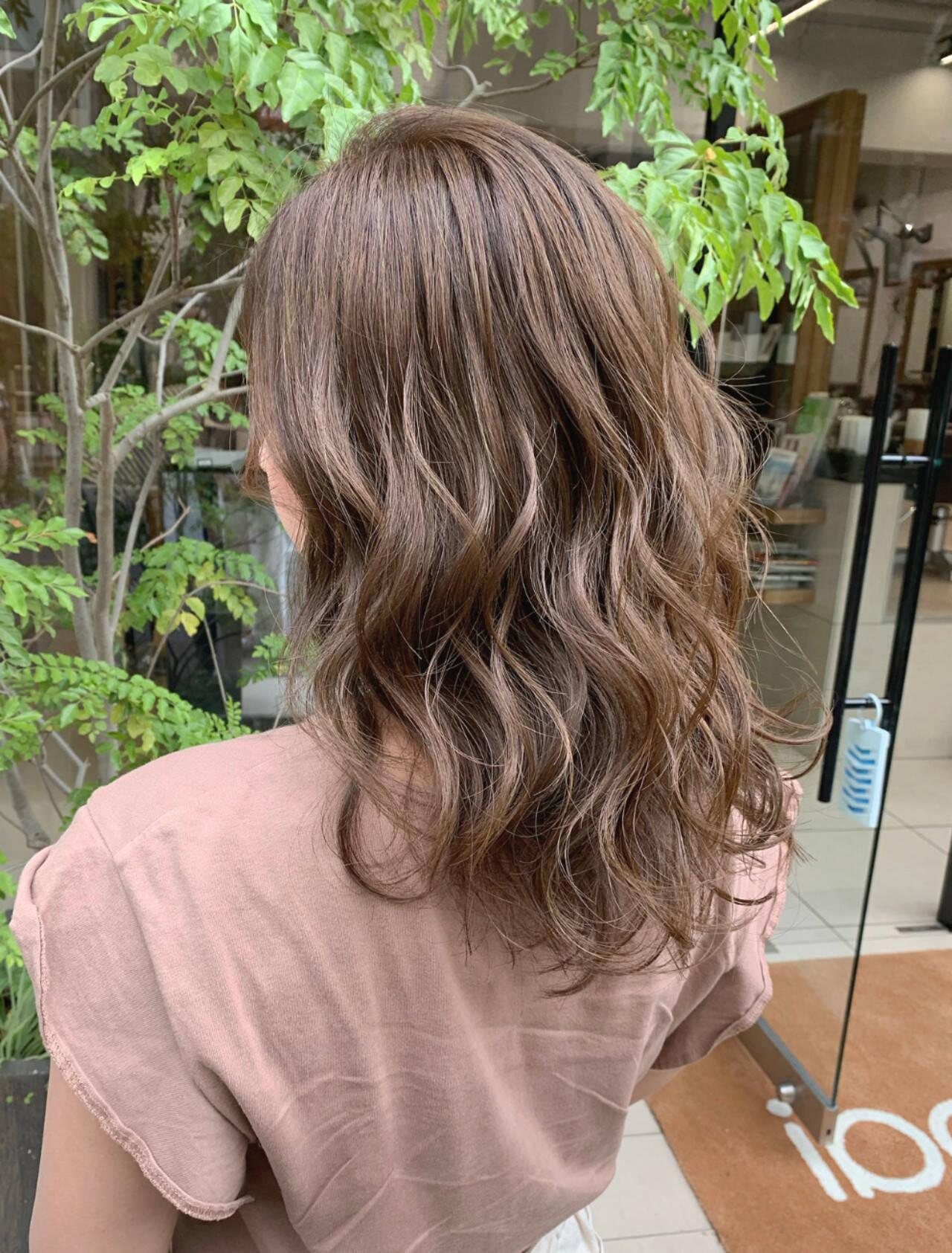 ベージュ ミルクティーベージュ ミルクティー ロングヘアスタイルや髪型の写真・画像
