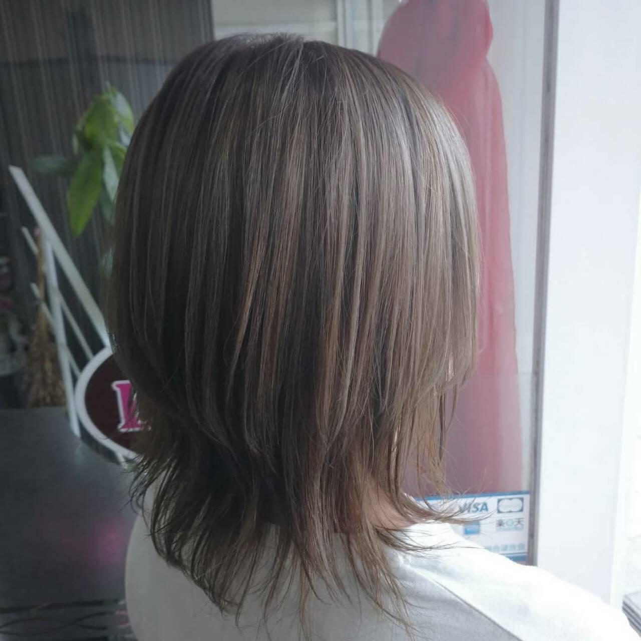 ウルフカット ミルクティーベージュ ミディアム ナチュラルヘアスタイルや髪型の写真・画像