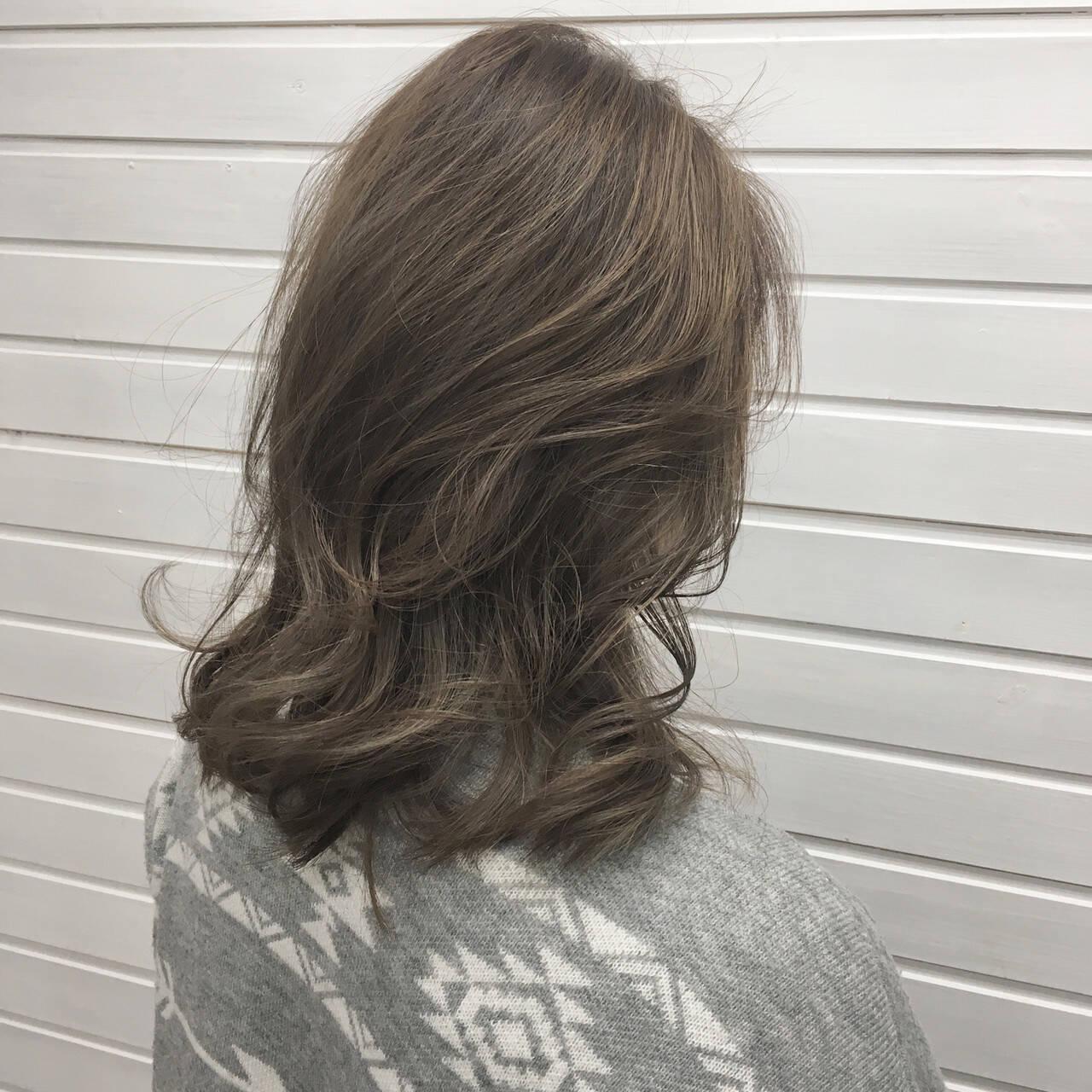 ミディアム グラデーションカラー アッシュグレージュ ミルクティーベージュヘアスタイルや髪型の写真・画像