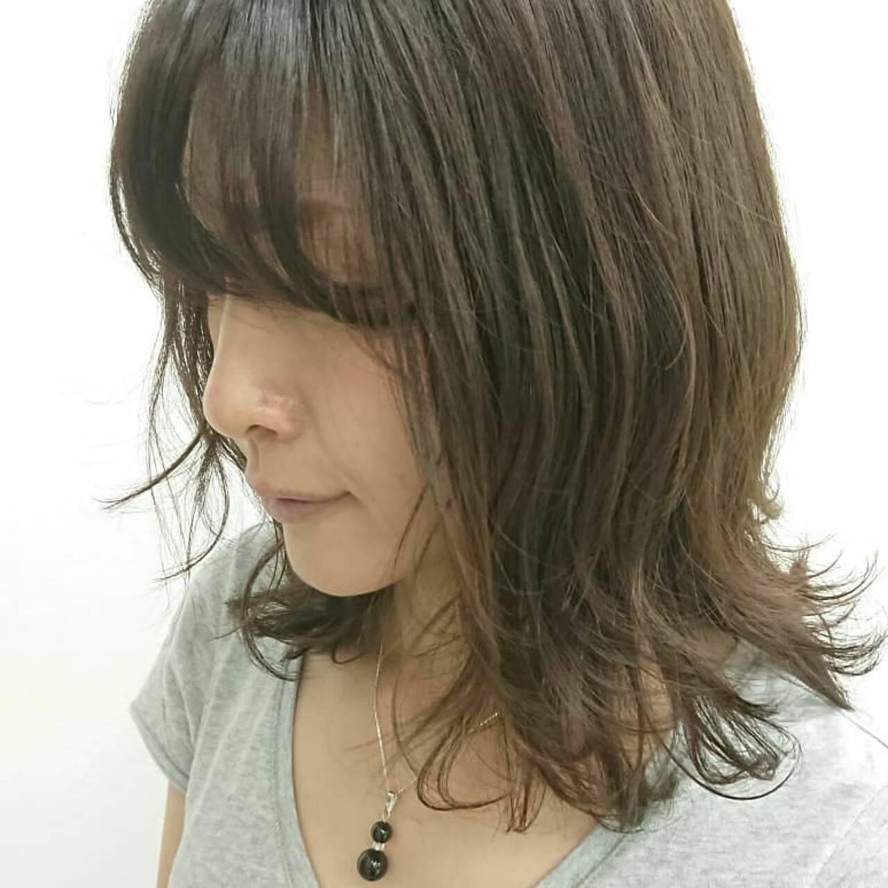 グレージュ ウルフカット ミディアム 大人女子ヘアスタイルや髪型の写真・画像