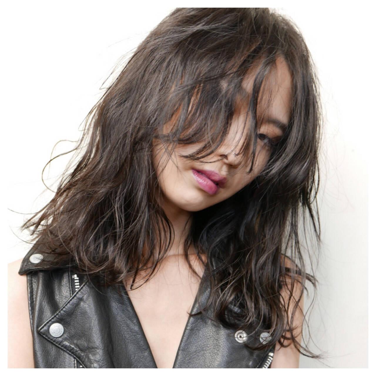レイヤーカット ミディアム 黒髪 前髪ありヘアスタイルや髪型の写真・画像