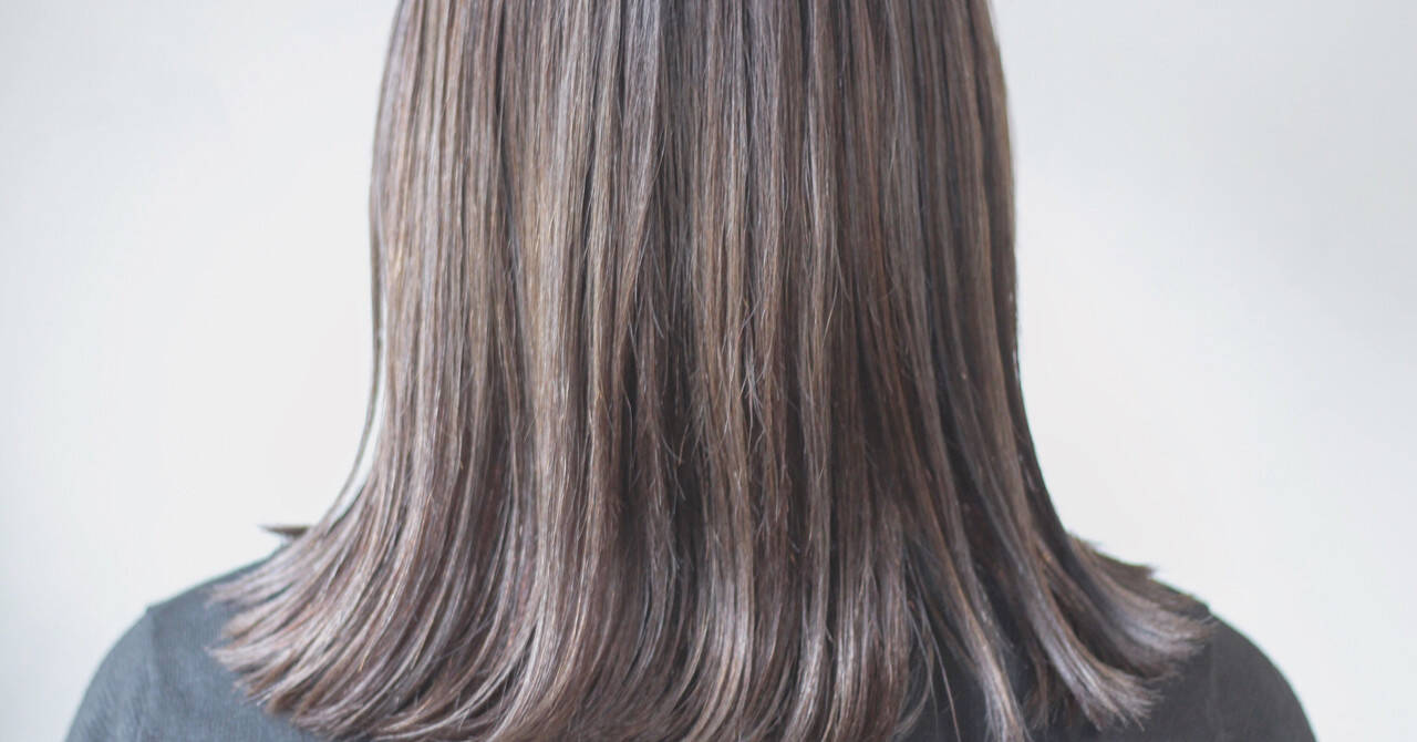 コントラストハイライト アッシュグレージュ セミロング ナチュラルヘアスタイルや髪型の写真・画像