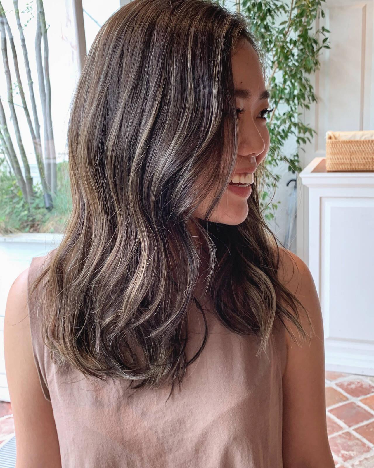 グラデーションカラー ロング グレージュ ツヤ髪ヘアスタイルや髪型の写真・画像