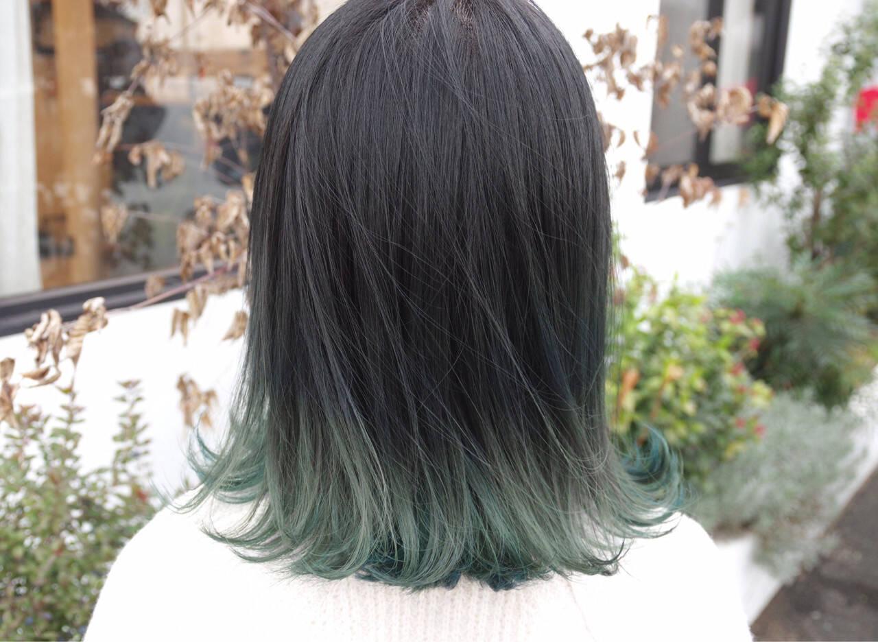 ミディアム グラデーションカラー ストリート グレーヘアスタイルや髪型の写真・画像