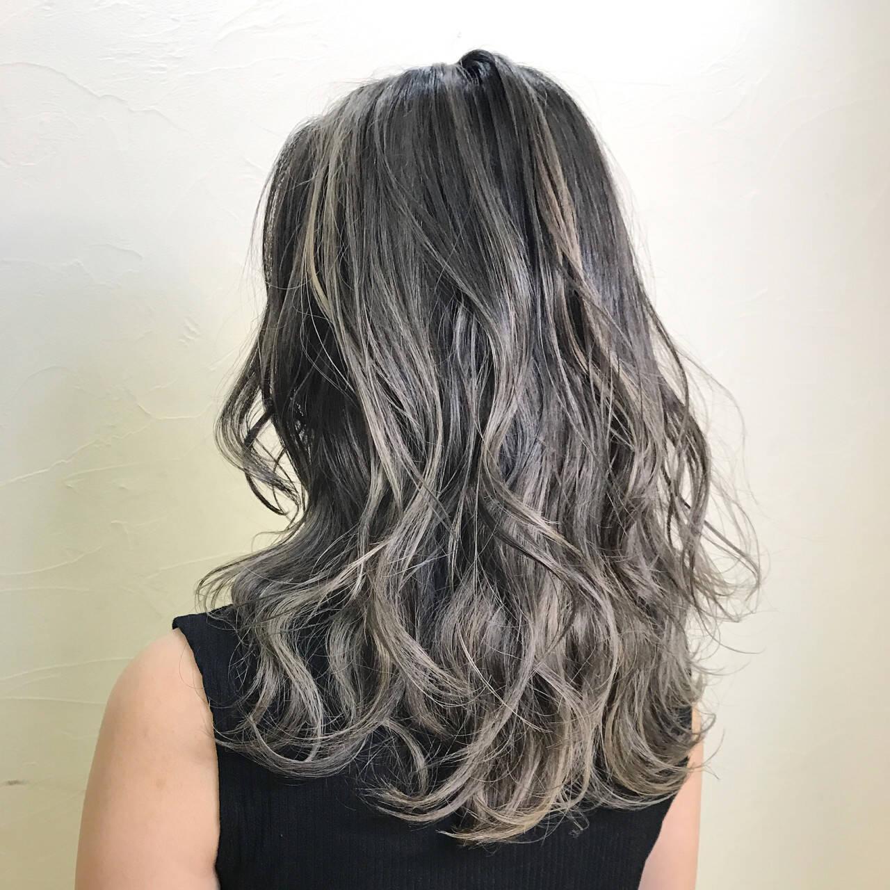 アッシュグレージュ ダブルカラー 上品 セミロングヘアスタイルや髪型の写真・画像