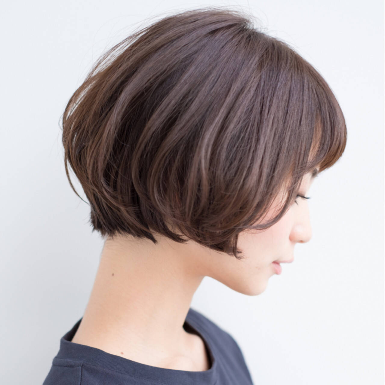 ショートボブ 前髪あり 小顔 前下がりヘアスタイルや髪型の写真・画像