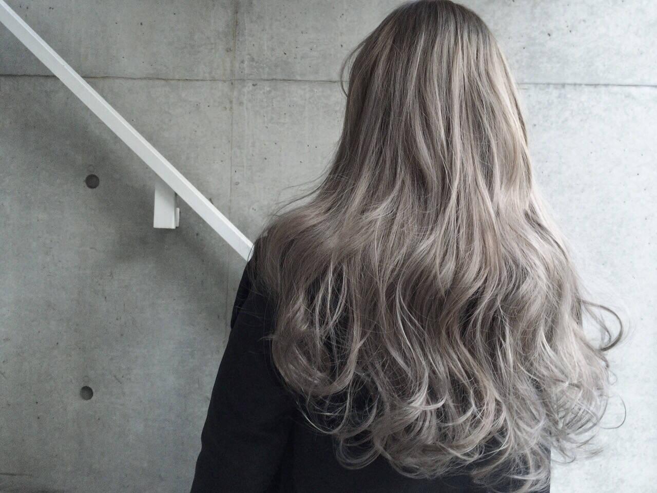 アッシュ グレージュ グラデーションカラー ロングヘアスタイルや髪型の写真・画像