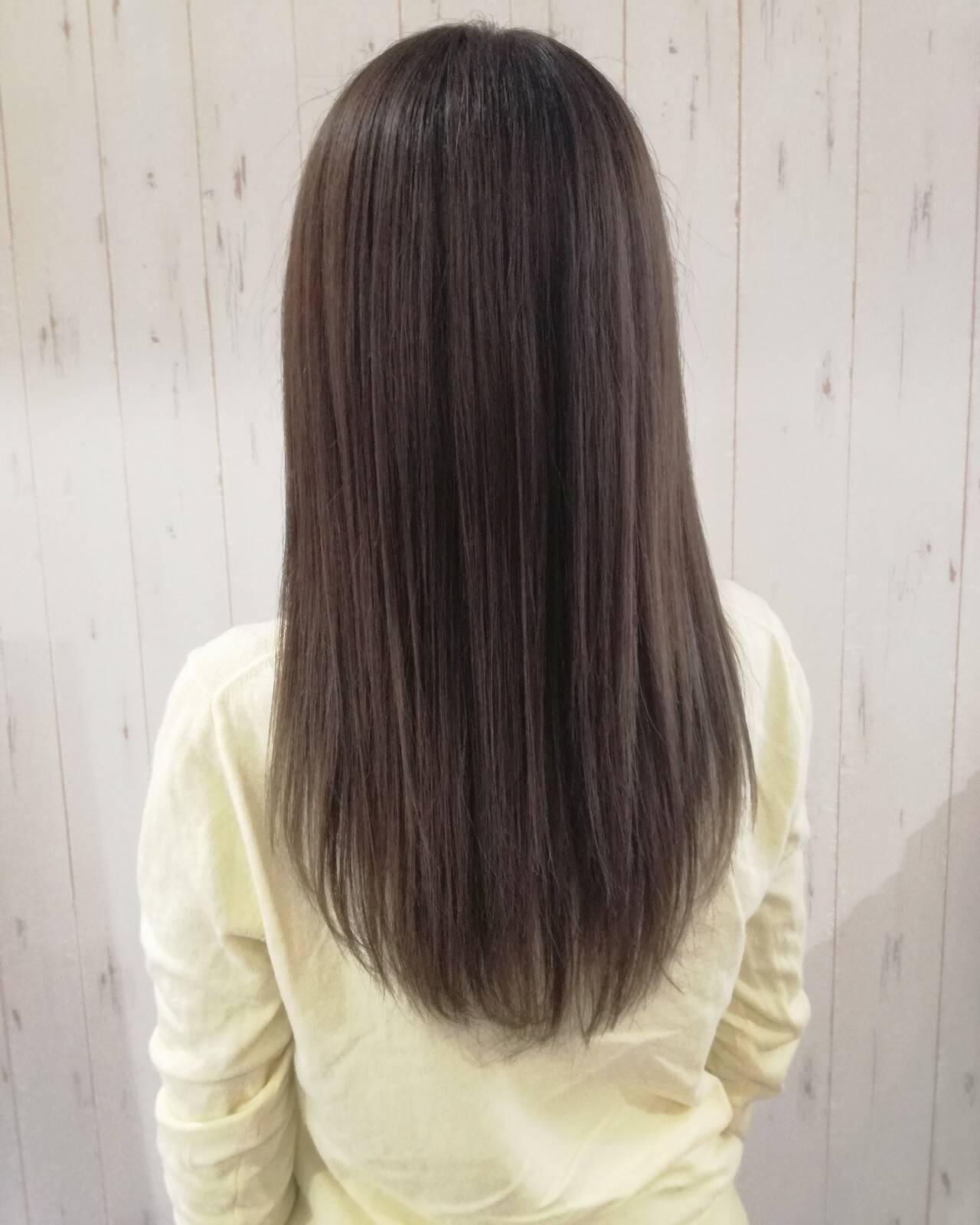 ストレート アッシュベージュ ナチュラル 縮毛矯正ヘアスタイルや髪型の写真・画像